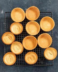 Banketbakkersroom maken - basisrecept - Rutger Bakt Baking Recipes, Snack Recipes, Snacks, Cupcakes, Eton Mess, Mini Pies, Ice Cream Recipes, Brownie Recipes, Sweet Recipes