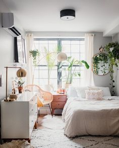 One of our favorite vloggers takes a look at her happy home - zimmer - Apartment Decor Aesthetic Bedroom, Dream Rooms, Home Bedroom, Modern Bedroom, Bedroom With Couch, Bedroom With Plants, Bay Window Bedroom, Bungalow Bedroom, Urban Bedroom