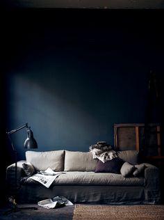 Ambiance sombre dans le salon / Dark walls create a moody setting (via @Radostina // 79ideas)