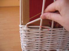 Arts And Crafts For Seniors Newspaper Basket, Newspaper Crafts, Paper Quilt, Crochet Basket Pattern, Paper Weaving, Diy Crafts Hacks, Diy Bow, Cardboard Crafts, Basket Decoration