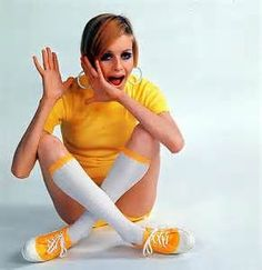 Twiggy, the 'Face of remains a fashion icon today. Here is our selection of some iconic and some hard to find Twiggy images. Sixties Fashion, 60 Fashion, Yellow Fashion, Retro Fashion, Fashion Models, Vintage Fashion, Vintage Clothing, Estilo Twiggy, Jean Shrimpton