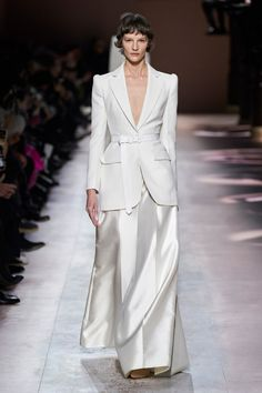 Givenchy Spring 2020 Couture Fashion Show - Vogue Fashion 2020, Runway Fashion, Spring Fashion, Fashion Show, Fashion Design, Paris Fashion, Fashion Fashion, Color Fashion, Fashion Weeks