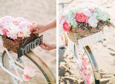 Hoy en el blog un sencillo tutorial para llegar a tu boda de la manera más romántica! http://www.unabodaoriginal.es/blog/donde-como-y-cuando/vehiculos-de-alquiler/diy-bicicleta-con-flores