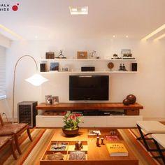 Para esse projeto, escolhemos móveis leves e contemporâneos. Além do ambiente ficar mais informal, a sala pode ganhar outra configuração conforme a necessidade dos moradores. Poltronas e mesa de centro #interni @mariacandidamachado