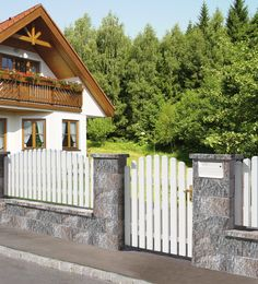 Front Fence, Metal Fence, Wall Railing, Wood Projects That Sell, White Picket Fence, Farmhouse, Exterior, House Design, Cabin