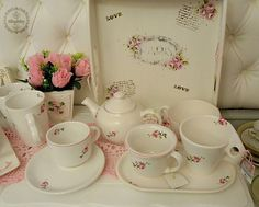 La vajilla más romántica para tus desayunos y meriendas #shabby. Todo con rosas rococó: tazas con plato, teteras, jarros, bandejas...