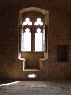 Le château d'Arques est l'une des constructions de l'Aude la plus extraordinaire par son architecture, mais aussi par le rêve qu'elle procure. Cette fenêtre à coussiège donne l'envie de s'évader dans la poésie des troubadours.