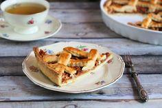 Alma, körte, szilva, ha nem pálinka készül belőle, akkor pitébe velük! De ha pite sütés, nem kell megállni ennél, húsos, gombás raguk, vagy zöldséges töltelék is kerülhet a tésztába. A pite Angliában annyira népszerű, hogy tavasszal egy egész héten át ünneplik a pités ételeket. Nálam inkább az ősz… Apple Pie, Waffles, Breakfast, Food, Morning Coffee, Essen, Waffle, Meals, Yemek
