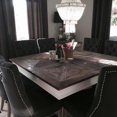 London 2 spisebord. Lekkert og meget robust håndprodusert kvadratisk spisebord. Bordplaten er laget av alm etter gamle tredører og treverket er innfelt i flott mønster. Understellet er hvitmalt solid bjørk. Hvert bord har sitt eget unike utseende og særpreg da det er ulik struktur i det gamle treverket. Merker etter svunnen tid kan ses enkelte steder og er med å gi bordet en flott patina. Bordplaten er satt inn med voks slik at den er glatt og enkel å holde ren. Vi anbefaler at bordplaten…