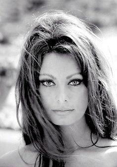 El look diva italiana de los 60 que tan bien encarnaba Sofía Loren está siendo toda una inspiración dentro del mundo de la moda y la belleza para esta temporada.  Yo particularmente más allá de su estilismo me quedo con su mirada felina, líneas alargada al máximo y expresividad al limite. ¡Toda una inspiración!