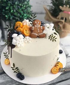 A festive gingerbread Christmas cake. This simple base white cake gathers points with its lovely decoration of gingerbread man, white meringues, snowflakes, berries and tangerines. Christmas Cake Decorations, Christmas Sweets, Holiday Cakes, Christmas Baking, Beautiful Cakes, Amazing Cakes, Cake Cookies, Cupcake Cakes, Mini Cakes