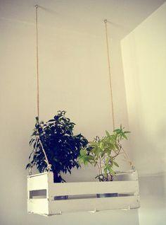 """Con las cajas de fruta  puedes crear muchos """"muebles"""" o accesorios decorativos para tu casa: estanterías, organizadores de baño, revisteros,..."""