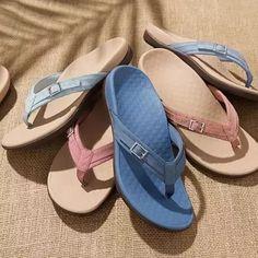 Florencia Sandals Leather Fashion, Fashion Shoes, Fashion Wear, Traje Casual, Flipflops, Rubber Sandals, Flat Sandals, Wedge Heels, Leather Sandals