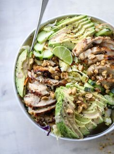 Avocado Salad with Peanut Dressing. - How Sweet Eats This chicken avocado salad with peanut dressing is a delicious and satisfying healthy meal! I This chicken avocado salad with peanut dressing is a delicious and satisfying healthy meal! Avocado Salat, Avocado Chicken Salad, Cucumber Salad, Clean Eating Snacks, Healthy Eating, Healthy Food, Healthy Lunches, Healthy Soups, Dinner Healthy