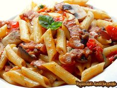 Paste cu bacon, ciuperci şi roşii cherry | Papamond Fitness Workouts, Caesar Pasta Salads, Pasta Carbonara, Spaghetti Recipes, Pinterest Recipes, I Foods, Bacon, Easy Meals, Food And Drink