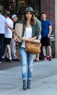 JESSICA ALBA  Vimos a la actriz en West Hollywood con un look desenfadado compuesto por unos jeans rasgados, camiseta blanca, camisa verde m...