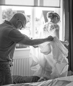 Prächtig moment om het vastleggen van de Huwelijksdag van Sjaak & Wendy mee te beginnen. Het aankleden van de Bruid. En dat was pittig aangezien de Bruid een bruisjurk aan had met zeker 1000 knoopjes. De ouders hebben de jurk dichtgeknoopt. Spontane huwelijksfotografie dichtbij jullie en met gevoel voor sfeer.