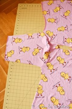 4 EN LA CARRETERA. Handmade: TUTORIAL: COSER UN PIJAMA RÁPIDO SIN PATRÓN Pajama Pattern, Girls Tunics, Kids Pajamas, Diy Clothing, Baby Sewing, Kid Outfits, Step By Step, Sew, Projects