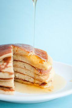Des pancakes sans gluten et sans lait prêts en quelques minutes seulement. Tout ce dont vous avez besoin c'est 1 banane mûre, 2 oeufs et de la farine !