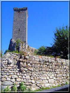 """""""Une haute tour... vraiment haute !...."""" C'est la première expression que j'ai criée en voyant ce donjon de repli au château d'Apcher à Prunière en Gévaudan. Ce site médiéval offre d'autres merveilles comme une chapelle castrale, des remparts, une cuisine, etc..."""