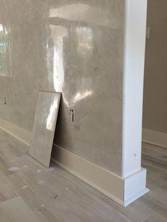 Spatula Stuhhi Stucco Paint, Plaster Paint, Stucco Walls, Café Design, Restaurant Design, Venetian Plaster Walls, Accent Wall Designs, Polished Plaster, Bedroom Design Inspiration