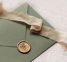 "Gold ""Rose"" Wax Seal and green handmade envelope / Sigiliu de ceara auriu ""Trandafir"" si plicuri handmade / © PAPIRA invitatii de nunta personalizate"