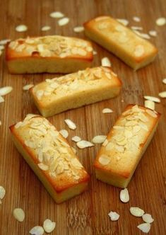 Financiers aux amandes Almond Financiers Simple, fast and ideal for finishing egg whites Financier Cake, Financier Recipe, Pastry Recipes, Baking Recipes, Cake Recipes, Dessert Recipes, Bolacha Cookies, Desserts With Biscuits, Desert Recipes
