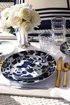 Blue and white table setting Dinner Sets, Dinner Table, Dinner Plates, Dinner Fork, Dessert Plates, Vase Deco, Table Setting Inspiration, Beautiful Table Settings, Deco Table