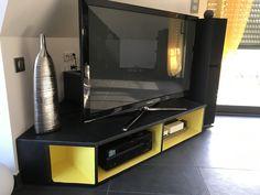 Meuble TV de coin en mdf, sur mesures, teintes noir mat et niches jaune vif