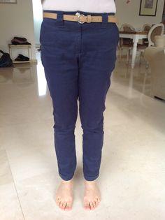 Pantalon en gabardine marine, légèrement stretch, juste parfait, moulant juste comme il faut.