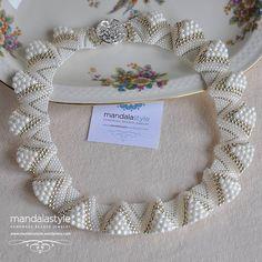 Best 12 (JPEG resmi, 800 × 800 piksel) – Ölçeklendi – Page 689824867907596560 Beaded Jewelry Designs, Handmade Beaded Jewelry, Seed Bead Jewelry, Bead Jewellery, Seed Bead Patterns, Beading Patterns, Beading Projects, Beading Tutorials, Beaded Collar