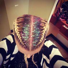Des tresses collées et des paillettes sur les cheveux pour un style tendance. #glitter #roots #tendance #paillettes #cheveux #hair #haistyle #hiver #winter #coiffure #monvanityideal