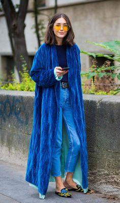 ブルーのロングガウンコート。 - 海外のストリートスナップ・ファッションスナップ
