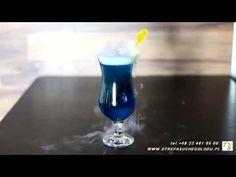 """Drinki z suchym lodem są efektowne. Drink z suchym lodem """"Blue Kamikaze"""" jest prosty w wykonaniu. - 40mlwódki. - 40ml likieru blue curacao, który jest dostępny bez żadnych problemów. - 40ml soku z cytryny mieszamy razem. Przewalamy do kieliszków i dodajemy granulat suchego lodu fi 16 milimetrów. Uzyskujemy dzięki temu ciężki dymek unoszący się na drinkiem. https://www.youtube.com/watch?v=YTeULcPwJMw"""