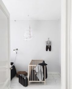 Keep your kid's room playful with these 4 creative wall painting ideas. If like me, you love your white walls but still want to introduce a splash of colour and a little drama in your kid's rooms, this is the answer. Monochrome Nursery, Nursery Neutral, Neutral Nurseries, White Kids Room, Modern Crib, Vintage Nursery, Baby Boy Nurseries, Baby Room Decor, Fashion Room
