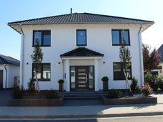 einladend ein dunkles vordach passend zur haust r. Black Bedroom Furniture Sets. Home Design Ideas