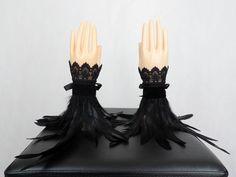 Schwarze Feder Armstulpen Gothic Stulpen viktorianische Accessoires Handstulpen Handschuhe shcwarze Spitze Fantasy Kostüm Burning Man, Black Velvet, Headdress, Headpiece, Festivals, Burlesque Outfit, Gothic Accessories, Cosplay, Wrist Warmers