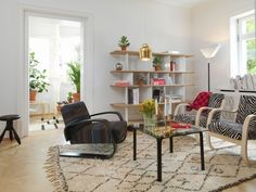 Nordic Home in Villa Hager Ancora uno sguardo nel salotto dove accostata alle poltrone zebrate 400 (Alvar Aalto, Artek) e alla Siena Blancket (Artek) trova posto la versatile libreria Planofore di BarberOsgerby (Vitra)