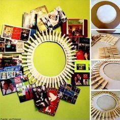 ¡Cuelga las fotos que más te gustan para decorar tu casa! Necesitas: ganchos de madera, cartón, pegante, tijeras y pintura.  Corta un pedazo de cartón en forma de círculo y en el centro hazle un círculo más pequeño, dejando entre ambos 5 cm. Pinta el círculo del color que desees. Pega los ganchos de madera por la parte exterior y déjalos secar. Por último, ábrelos y pon tus fotos favoritas. #NovaIdea
