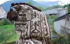 """Costume d'ossau: Cape féminine de deuil :"""" Capot de dòu"""". En laine blanche, décorée « à la soutache » de motifs de laine brune, répartis symétriquement sur la capuche, le dos et le bas de la cape. Aquitaine, Pyrenees, Traditional Dresses, Motifs, France, Costumes, Photos, Inspiration, Man Women"""