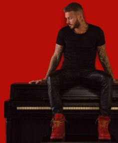 Matt Pokora (chanteur/singer) 12/2014 Would i try playing piano or playing with this Leather guy .....
