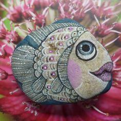 Ryba v korálovém moři Oblázek je malovaný vodovými a temperovými barvami a fixován kvalitním přestřikovým lakem, přesto není vhodný do vlhkého prostředí, 70x60 mm. Před koupí si prosím přečtěte péči o malované kamínky na mém profilu.