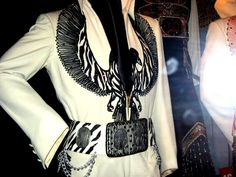 The black phoenix is today in display at Graceland with his original belt. That suit was used for the first time in may 1975 and used for the last time in the famous Pittsburg show in december 31 1976.