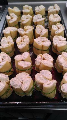 I Paccheri ripieni di ricotta melanzane e pecorino su pesto di basilico e mandorle sono un piatto dal sapore divino particolare ed intenso.
