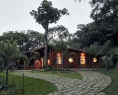 A casa de campo da agropecuarista Solange Jacinto, no alto da serra da Mantiqueira, interior de São Paulo, une a graça do estilo rural brasileiro a um bom gosto impecável.