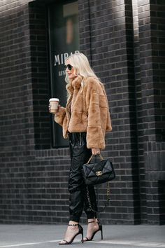 How to style a faux fur jacket outfit for date night on the town Date Outfits, Night Outfits, Fur Fashion, Winter Fashion, Business Casual Womens Fashion, Fur Coat Outfit, Fall Dates, Fall Capsule Wardrobe, Faux Fur Jacket