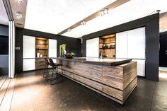 idées de cuisine moderne avec ilot central en bois massif, bar et tabourets hauts