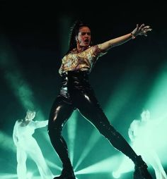 Este posibil ca imaginea să conţină: 1 persoană, dans şi noapte Jaebum, Woman Crush, Coachella, 90s Fashion, Making Out, Body, Pink, Leather Pants, Beautiful Women
