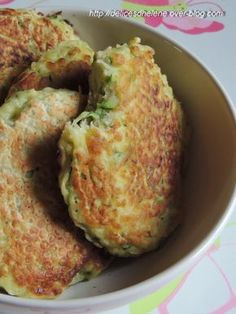 "vous propose la recette ""Beignets de courgettes faciles"" publiée… offers the recipe ""easy zucchini fritters"" published by lbouch. Veggie Recipes, Vegetarian Recipes, Cooking Recipes, Healthy Recipes, Pasta Recipes, Salty Foods, No Cook Meals, Food Inspiration, Love Food"