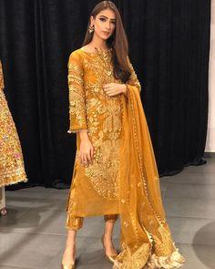 ideas pakistani wedding dresses mehndi gold for 2020 Shadi Dresses, Pakistani Formal Dresses, Pakistani Wedding Outfits, Pakistani Dress Design, Indian Designer Outfits, Indian Outfits, Designer Dresses, Indian Dresses, Designer Wear
